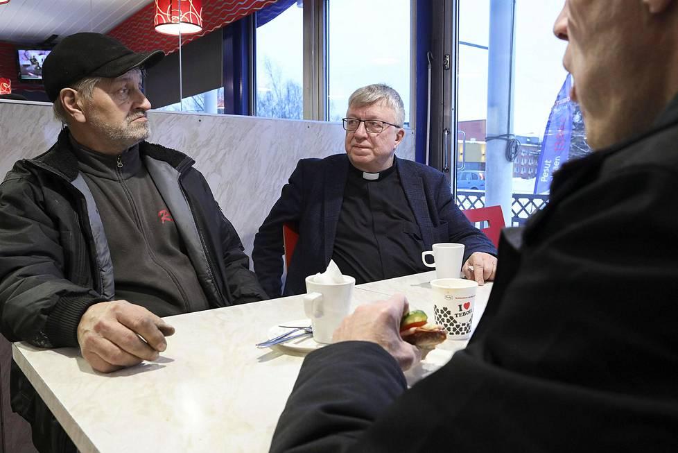 Pastori  Timo Laaninen kohtasi Malmin  Teboililla Reijo Nilsenin (vas.) ja Jari Huuskosen.