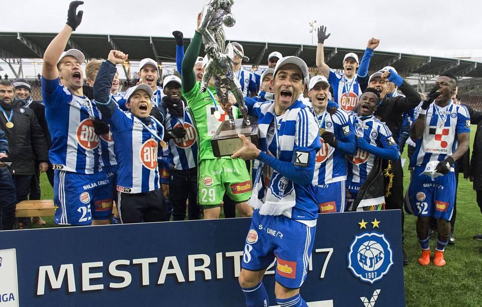Rafinha pääsi kauden 2017 päätteeksi nostamaan HJK:n kapteenina Veikkausliigan mestaruuspatsasta. Sama toistui seuraavana syksynä.