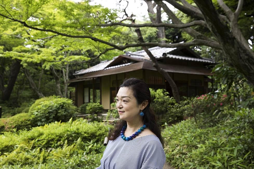 Tutkija Nahoko Wada Kouka-teehuoneen (1936) edessä Tokiossa. Teehuoneet tekivät Alvar Aaltoon suuren vaikutuksen.