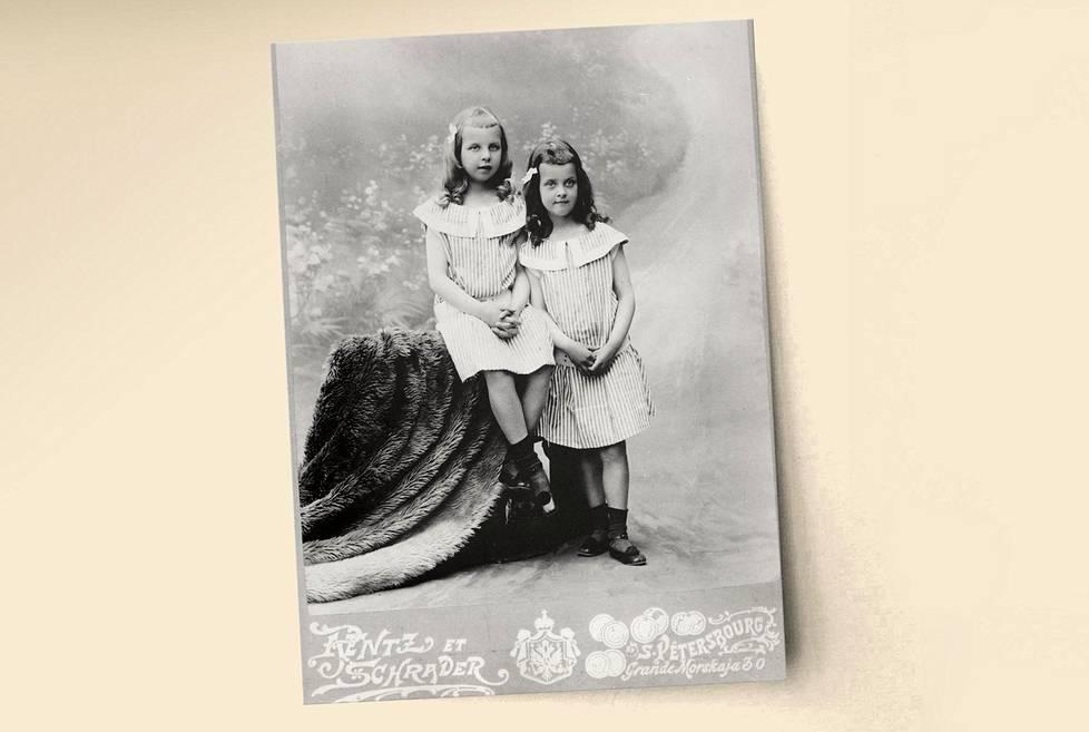 Stasie (vas.) syntyi Pietarissa vuonna 1893, pikkusisko Sophy kaksi vuotta myöhemmin.