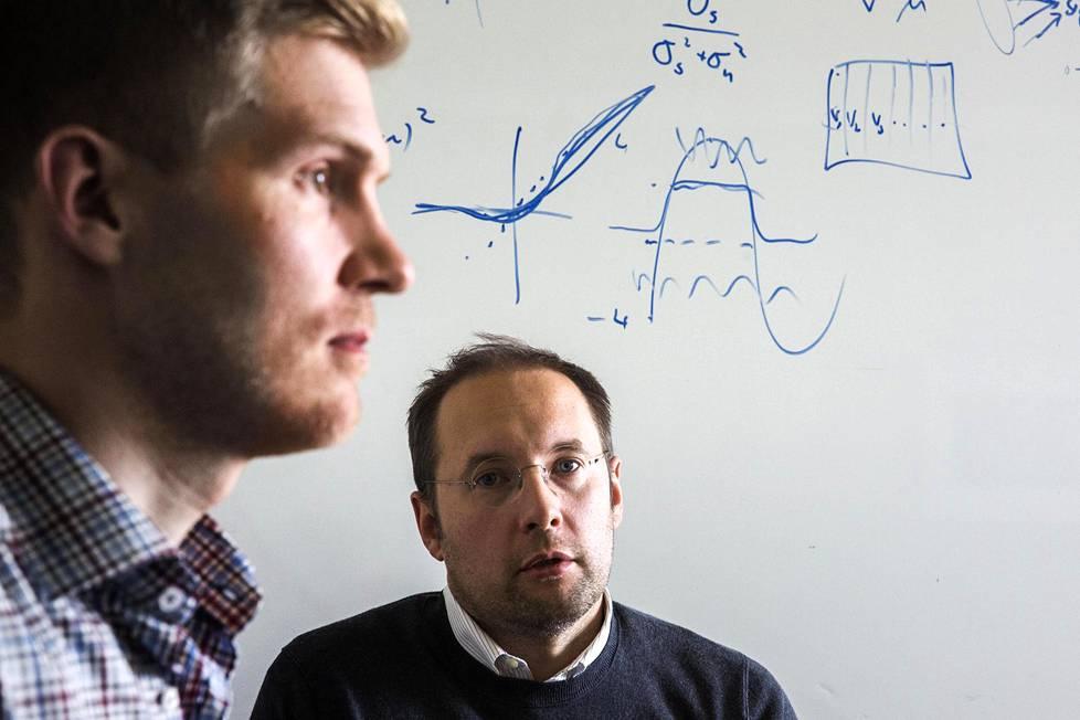 """Teknologiajohtaja Antti Rasmus ja operatiivinen johtaja Timo Haanpää kuuluvat The Curious AI Companyn perustajajäseniin. Nyt yrityksessä pohditaan muun muassa itsestään ajavia autoja. """"Kun ensimmäiset automobiilit lähtivät teille, niiden edessä kulki kahta punaista lippua heilutteleva mies. Tällainen tilanne toistuu varmaankin itsestään ajavien autojen kanssa. Ihmiskunta etenee varovasti"""", Haanpää sanoo."""