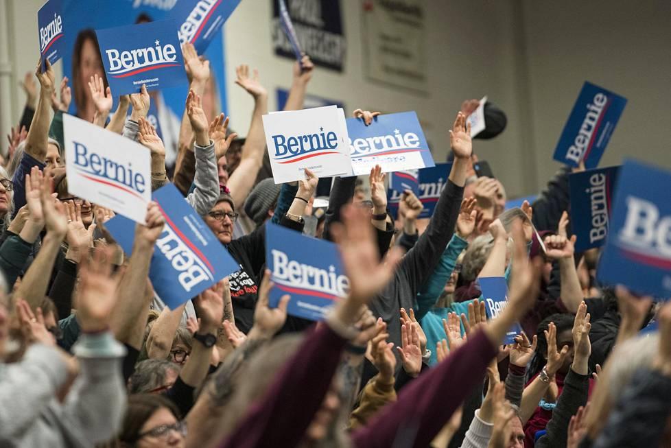Bernie Sandersin esivaalitapahtuma liikuntasalissa Keenessä, New Hampshiressa.
