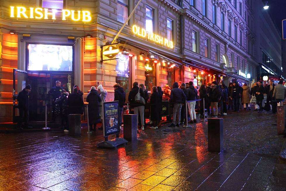 Jono Old Irish Pubiin Mannerheimintiellä noin kello 22.
