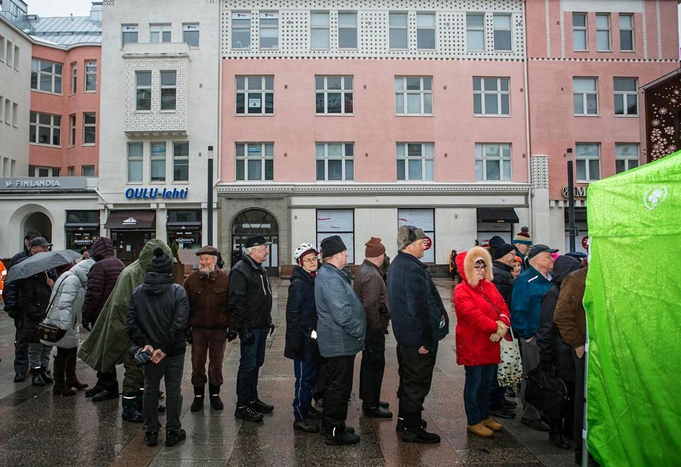 Keskustan vaalitilaisuudessa Rotuaarilla jonottamisen palkintona oli makkara sekä pääministeri Juha Sipilän vaalikirja.