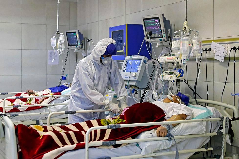 Covid-19-potilas saa hoitoa teheranilaisessa sairaalassa Iranissa.