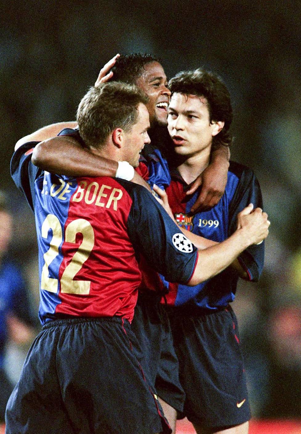 Hyviä hetkiä Barcelonassa: Frank de Boer (vas.), Patrick Kluivert ja Jari Litmanen juhlivat maalia Mestareiden liigan alkulohkon ottelussa Hertha Berliniä vuonna 2000.