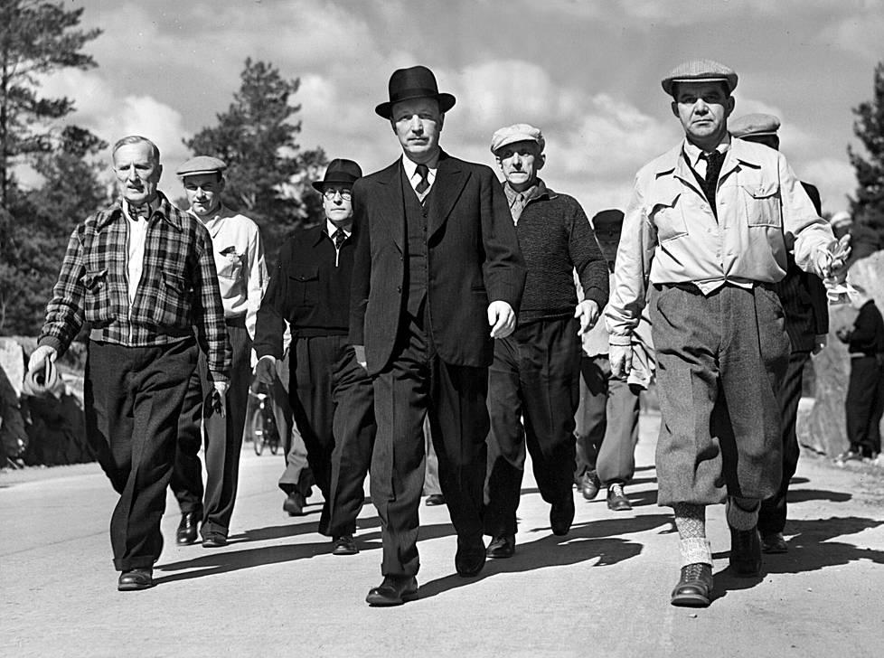 Maaottelumarssilla Ruotsia vastaan toukokuussa 1941 marssivat presidentti Risto Ryti (edessä keskellä) tyylilleen uskollisena, kauppa- ja teollisuusministeri Toivo Salmio (vas.), sisäasiainministeri Ernst von Born, toinen kulkulaitosten ja yleisten töiden ministeri Vilho Annala, toinen valtiovarainministeri Juho Koivisto ja pääministeri J. W. Rangell.