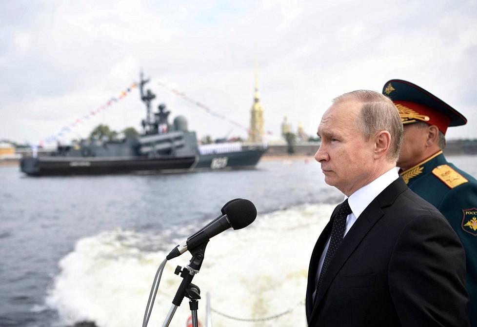 Venäjän presidentti Vladimir Putin Nevan rannalla sunnuntaina.