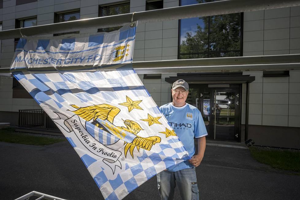Jarmo Nevalaisella on perinteenä nostaa Manchester Cityn lippu mattotelineeseen, jos mestaruus tulee.