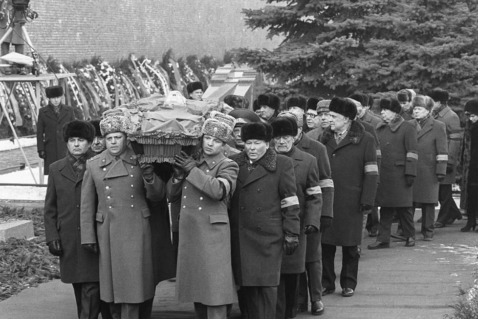 Politbyroon jäsenet kantoivat Juri Andropovin arkkua tämän hautajaisissa helmikuussa 1984.