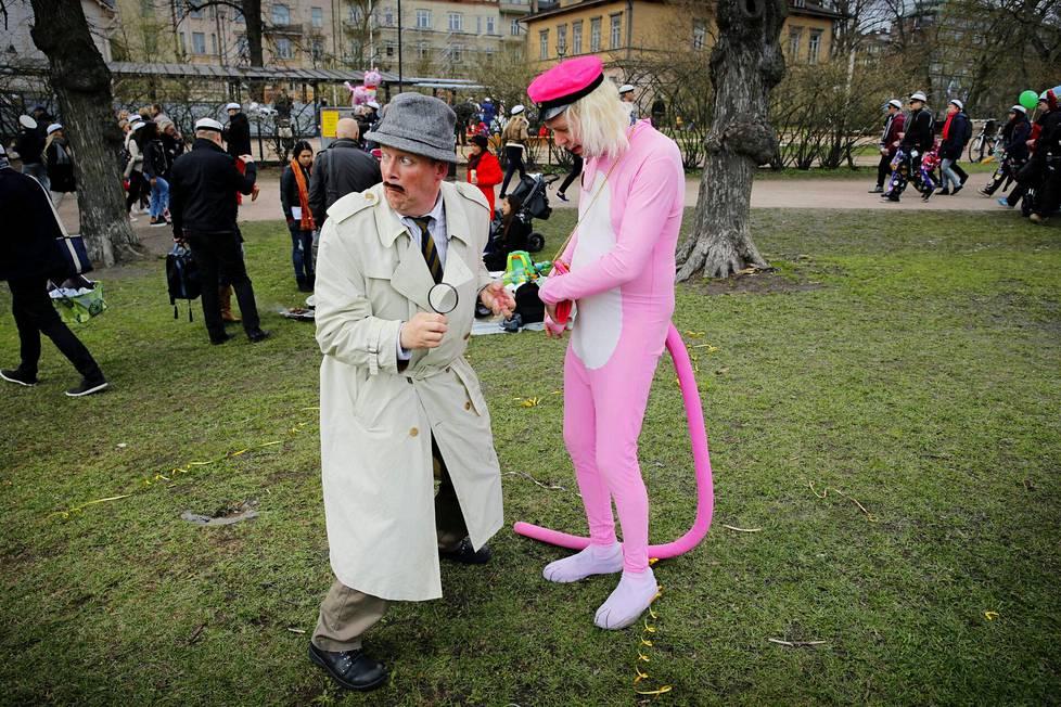 Vappupäivänä 2015 Jari Koponen oli perinteensä mukaisesti pukeutunut vaaleanpunaiseksi pantteriksi ja Mikko Liski ylitarkastaja Closeauksi.