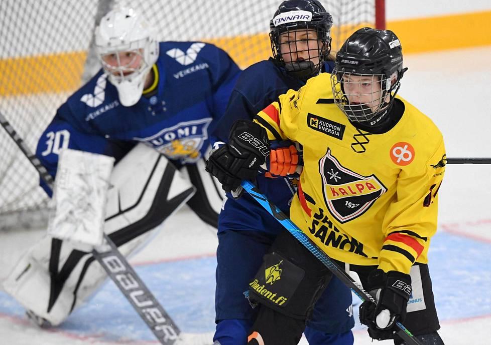 Maanantaina naiset pelasivat harjoitusottelun KalPan alle 16-vuotiaita poikia vastaan Vierumäellä. Sanni Vanhanen kamppaili KalPan Akseli Pulkkasen kanssa Meeri Räisäsen maalin edessä.