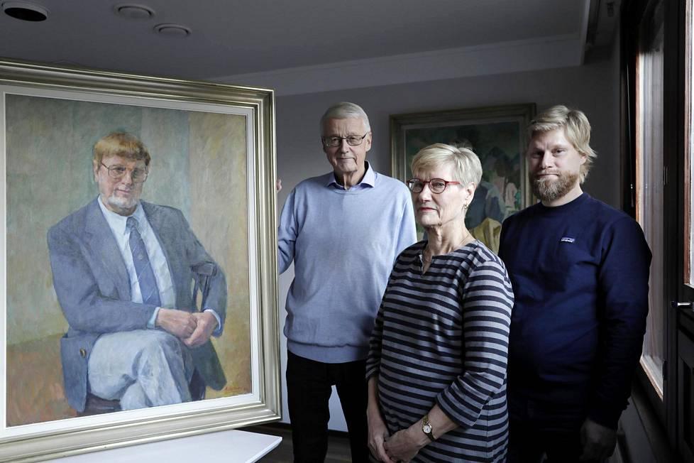 Börje Brunberg sai porvoolaisen makeistehtaan kukoistamaan. Muotokuvan ääressä tehtaanjohtajan vaimo Helena Raumolin-Brunberg sekä pojat Tom Brunberg (vas.) ja Janne Brunberg (oik.).