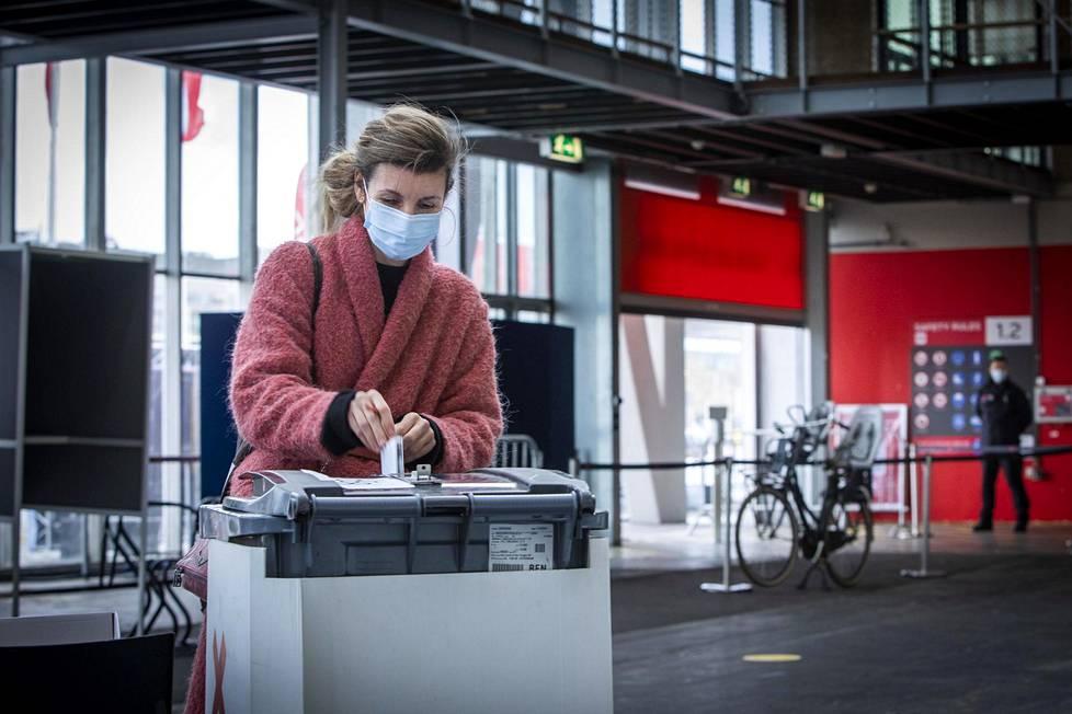 Yvette Jansen äänesti maanantaina Amsterdamin messukeskuksen pyörä-äänestyspisteellä.