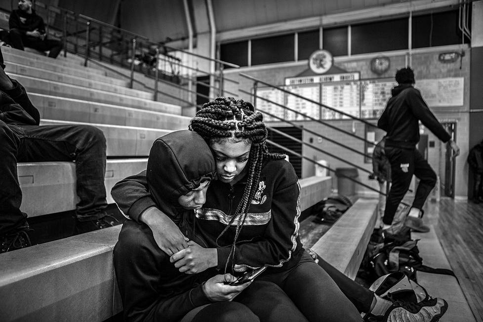Michiganilaisen koripallojoukkueen The Flint Jaguarsin juniori Dion Brown istuu urheiluhallin katsomossa tyttöystävänsä Lakenya Thomasin kanssa. Urheiluaiheiset sarjat, 1. palkinto.