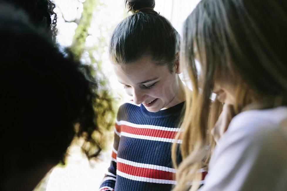 Tunnekasvatukseen kuuluu olennaisena osana se, että nuori saa osoittaa kaikenlaisia tunteita.