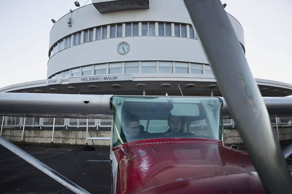 Niklas Kumpulainen (vas.) ja Jaakko Rissanen kävivät lauantaina aamupäivällä lentämässä Cessna 152 -lentokoneella Porvoon edustalla.