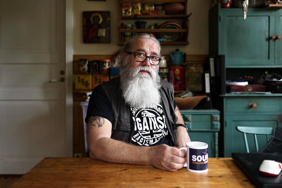 Benny Uhlenius työskenteli 30 vuoden ajan päihdeterapeuttina ja yhteisövalmentajana. Sitä ennen hän käytti itse huumeita 15 vuoden ajan.