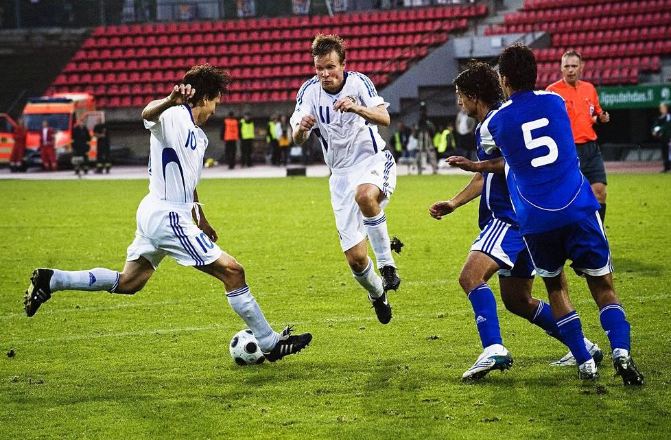 Joonas Kolkka hyppäsi pois Jari Litmasen laukauksen tieltä ystävyysottelussa Israelia vastaan Tampereen Ratinassa elokuussa 2008.