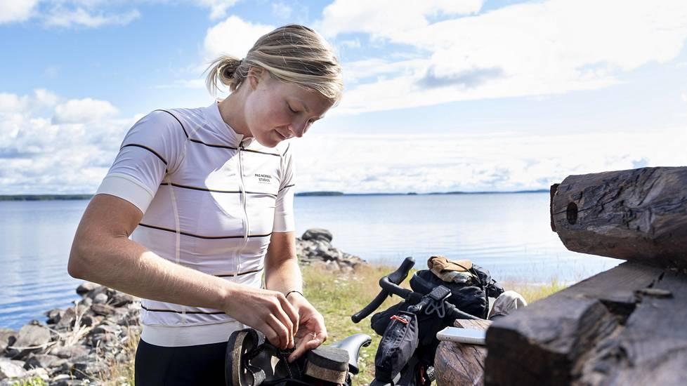 Henna Palosaari leiriytyi pitkällä pyörämatkallaan Rääkkylässä Pyhäselän rannalla.