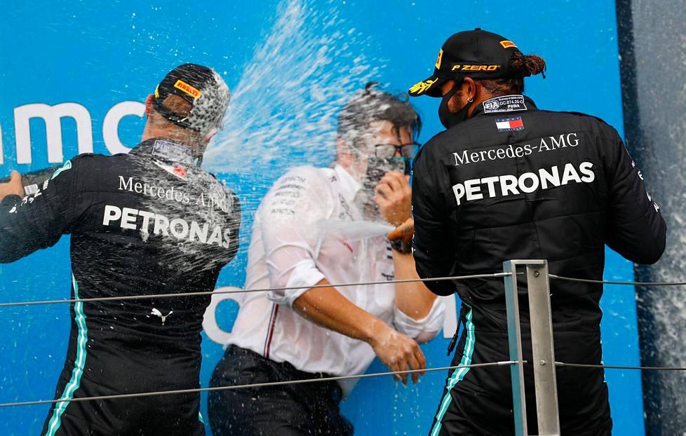 Alkanut kausi on ollut Mercedeksen juhlaa. Valtteri Bottas (vas.) ja Lewis Hamilton juhlivat Unkarissa palkintopallilla kisainsinööri Peter Bonningtonin kanssa.