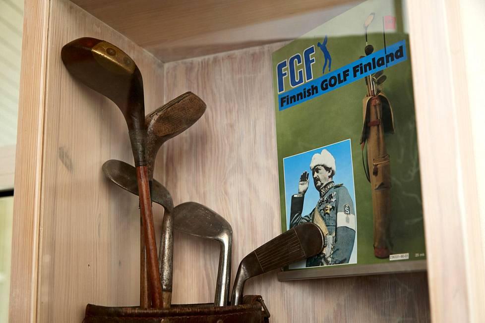Todistusaineistoa marsalkka Mannerheimin golfaamisesta ovat ainakin hänen bäginsä, mailansa ja harjoitusvälineensä. Bägi ja viisi mailaa ovat vitriinissä pienessä golfaiheisessa museossa Hillsin golfkentällä Vihdissä.