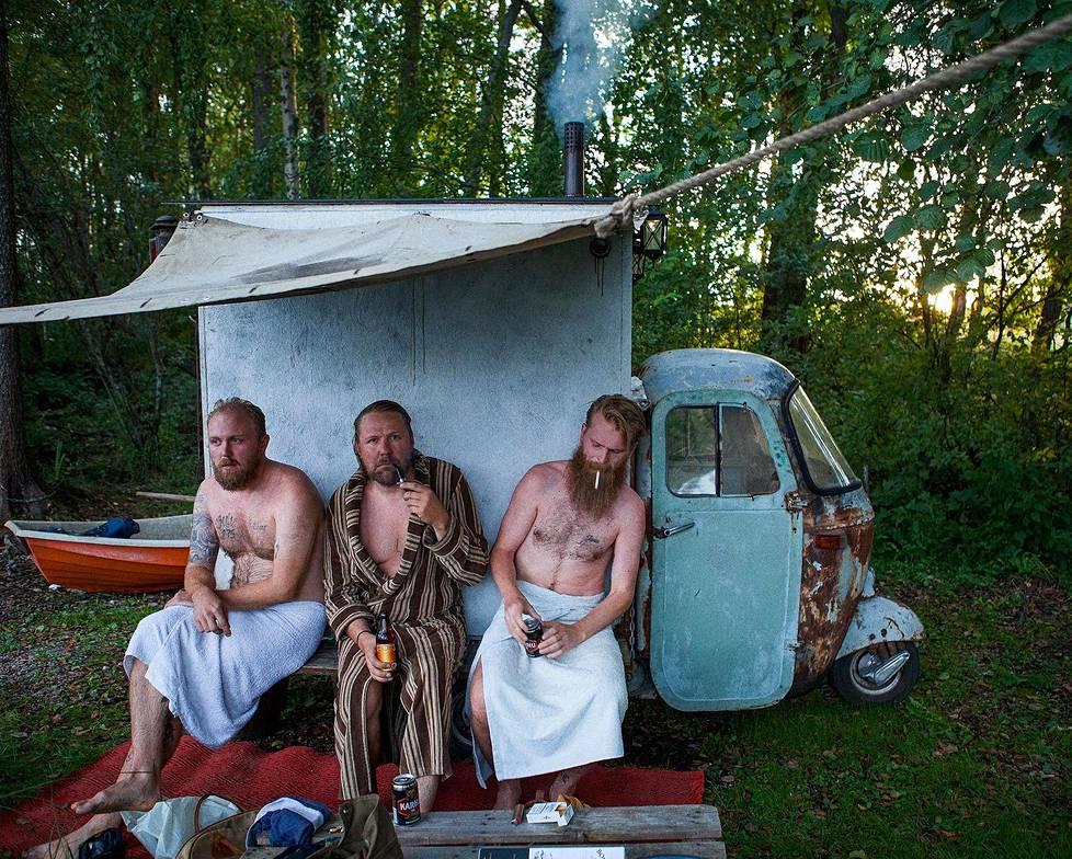"""Ville (vas.), Timo ja Janic: """"Parempaa yhdistelmää ei ole kuin jokamiehen oikeus ja liikkuva sauna. Tuhansien järvien maassa tuskin koskaan on liian pitkä matka rantaan."""""""