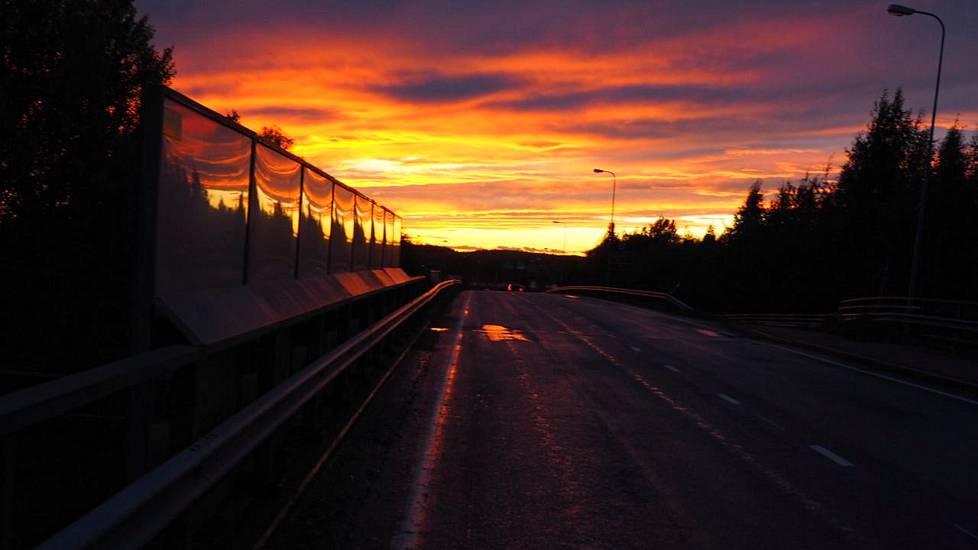 Taivas maalautui punaiseksi kantatie 88:n horisontissa Raahen Vihannissa.