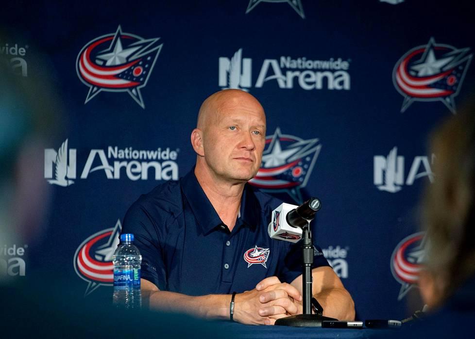 Jarmo Kekäläinen vastaili median kysymyksiin seuran tiedotustilaisuudessa NHL-leirityksen alussa.