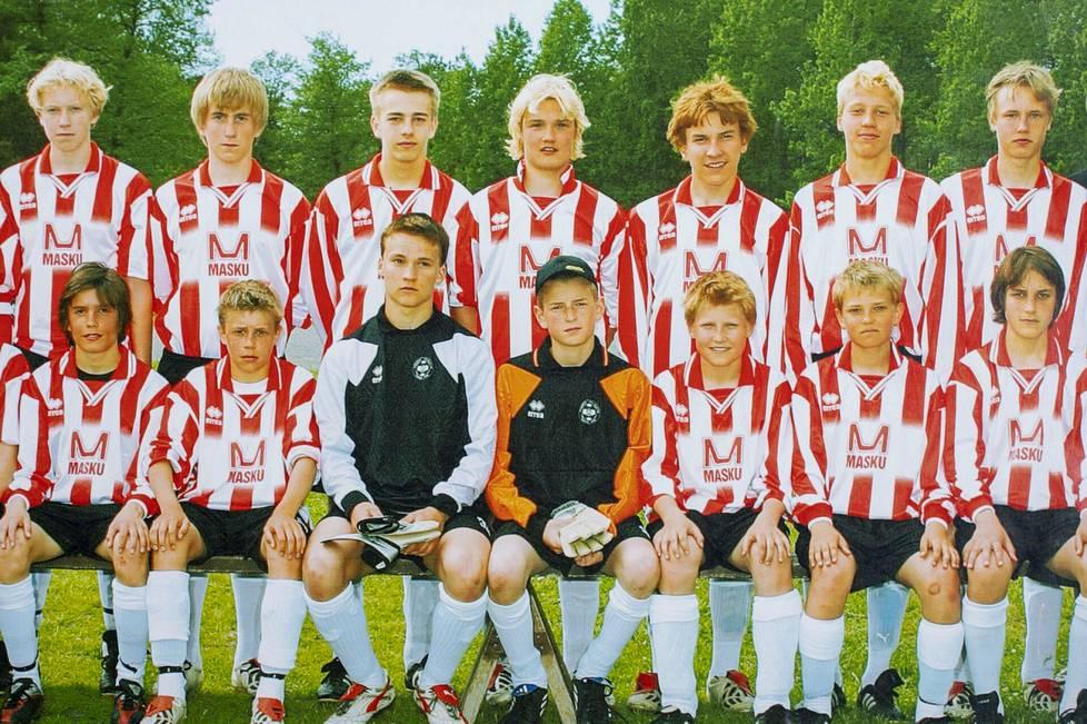 Lukas Hradecky juniorina (maalivahdeista oikealla) Turun piirijoukkueessa. Hradeckyn oikealla puolella on Joni Kauko ja alarivissä toinen vasemmalta on Riku Riski.