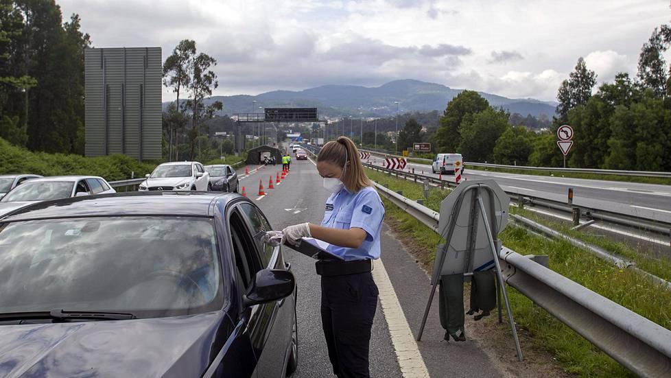 Portugalin ja Espanjan välisellä rajanylityspaikalla on tiukat tarkastukset koronavirustilanteen takia.