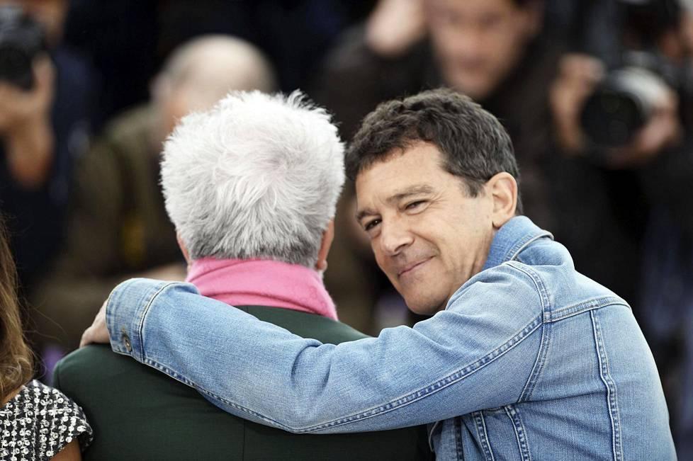 Ystävykset Pedro Almodóvar ja Antonio Banderas tuntevat toisensa vuosien takaa Madridin yöstä. Kaulakkain ohjaaja-näyttelijä-kaksikko kuvattiin toukokuussa Cannesin elokuvajuhlilla ensi-illassa.