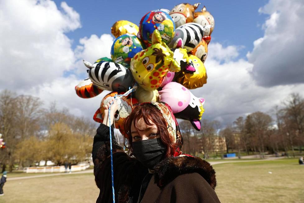 Vera Vedenpää kaupitteli ensimmistä kertaa ilmapalloja Kaivopuistossa, mutta asiakkaista oli pulaa.