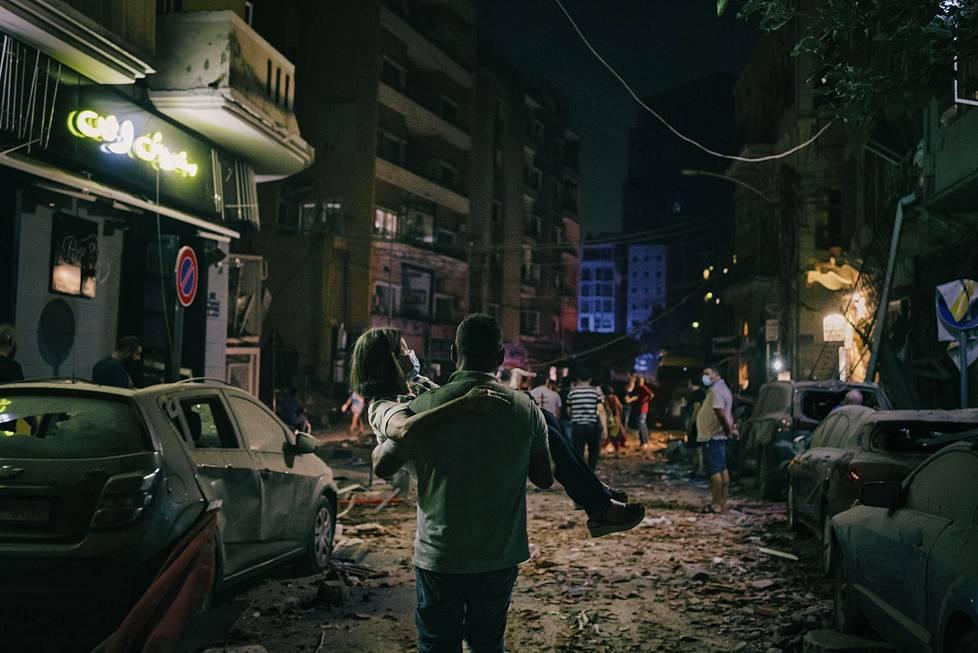 Iäkäs nainen kannettiin turvaan Jemmayzehin alueella Beirutissa räjähdyksen jälkeen. Spot news -uutiskuvasarjat, 1. palkinto.