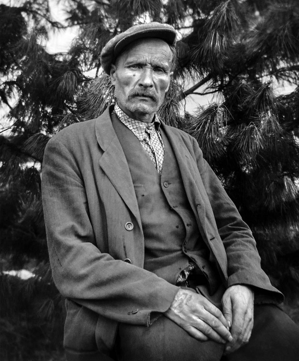 Nätti-Jussi eli Juho Vihtori Nätti (1890–1964) työskenteli Lapin savotoilla yli kolme vuosikymmentä vuoteen 1956 asti. Hänen maineensa kantautui koko Suomeen. Rovaniemeläinen Matti Körkkö kuvasi Nätin kotipaikkansa Vanhan-Körkön pihalla. Kuvan ottamisen ajankohta ei ole tiedossa.