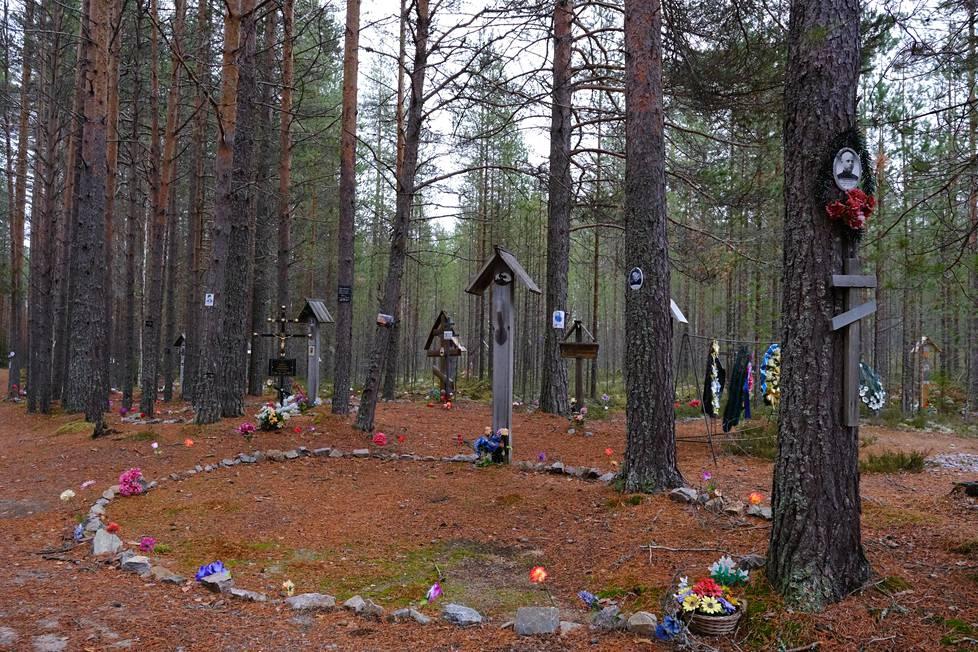 Sandarmohissa eri maiden kansalaiset käyvät muistelemassa Stalinin vainoissa kuolleita. 1990-luvun lopussa löytyneestä joukkohautapaikasta on tullut yksi vainojen tunnetuimmista symboleista.