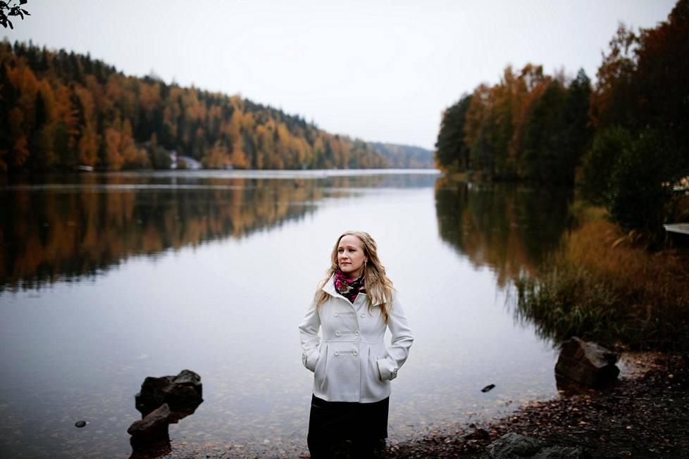 Johanna Huhtamäeltä meni vuosia ennen kuin hän pystyi vilpittömästi sanomaan, ettei muuttaisi elämästään mitään. Nyt hän on on kiitollinen kokemuksistaan.