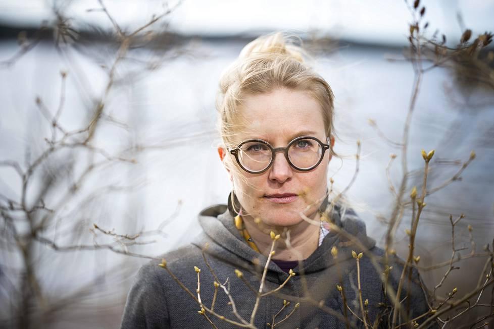 Anna-Liisa Ahokummun toinen romaani käsittelee äitien ja tytärten ketjua, synnytysväkivaltaa ja kriisejä elämän käännekohdissa.