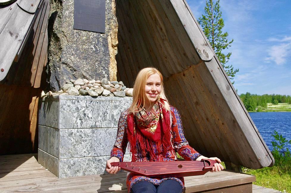 Laura Huovinen soitti ja lauloi sukunsa muistomerkillä kolme vuotta sitten Kuivajärvi-levynsä julkistamistilaisuudessa. Huoviset polveutuvat Toarie ja Lari Huovisesta, jotka perustivat kylän 1700-luvun lopulla.