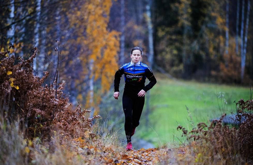 Nuppu Hepo-oja juoksee kotimaastoissaan Vantaan Hakunilassa.