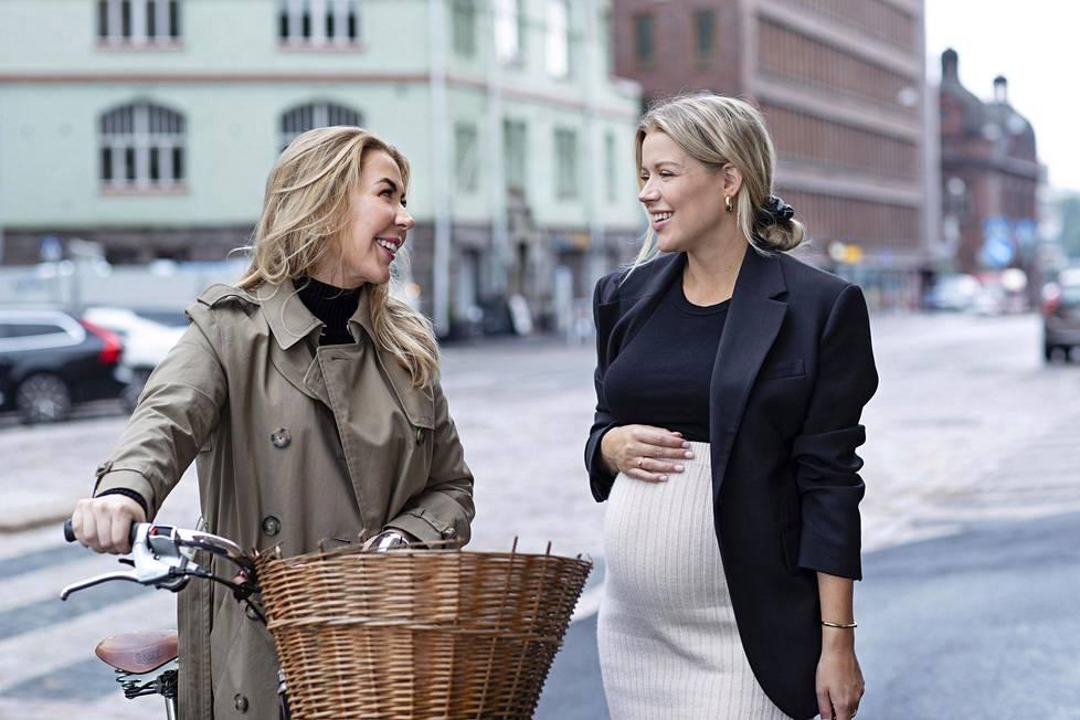 Alexa Dagmar (vas.) ja Linda Juhola odottavat molemmat esikoisiaan. Naiset tunnetaan bloggaajina ja pitämästään Nonsense-podcastista.