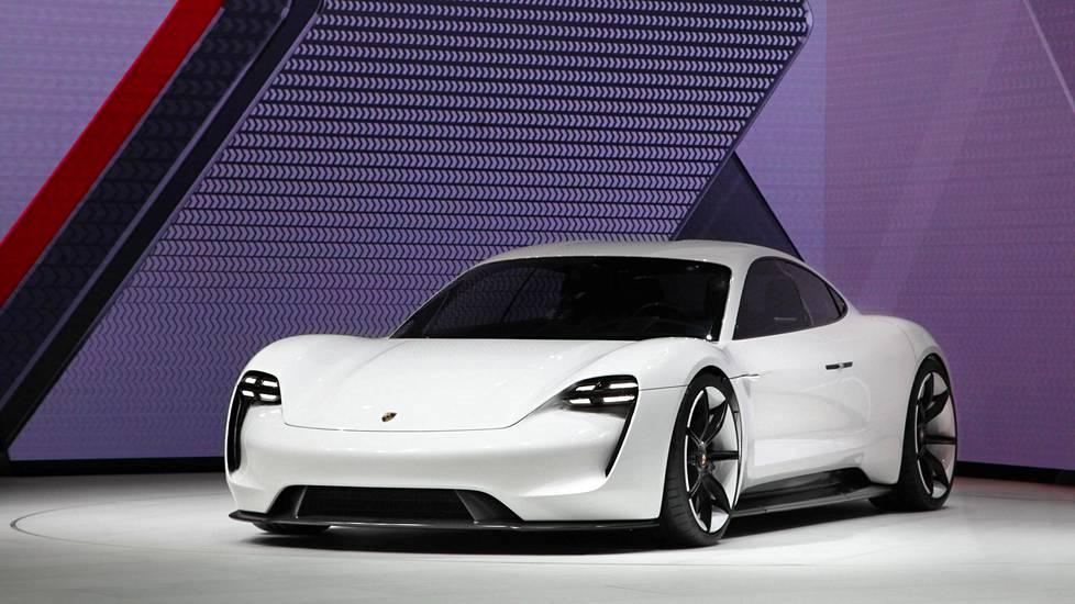 Porsche esitteli Mission E:n konseptiversion Frankfurtin autonäyttelyssä 2015.