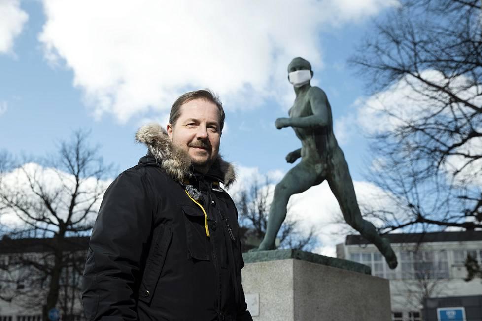Jukka-Pekka Vuori on perehtynyt tarkasti urheilun historiaan. Helsingin Olympiastadionin edustalla oleva Paavo Nurmen patsas on saanut maskin kasvoilleen näin korona-aikana.