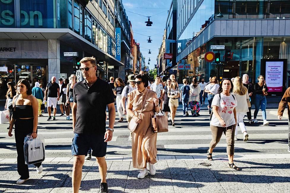 Tukholman Drottninggatanilla on lämpimänä kesäpäivänä vilkasta.