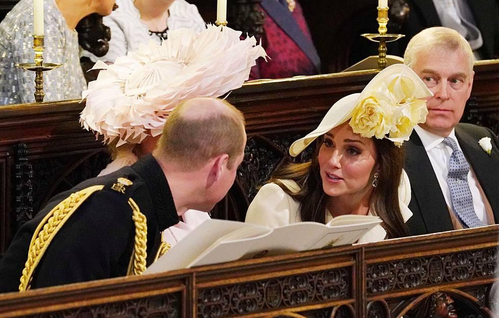 Herttuatar Catherine puhui miehensä prinssi Williamin kanssa kappelissa.