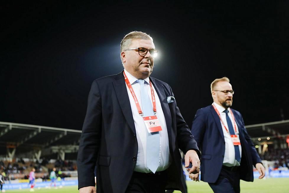 Suomen Palloliiton puheenjohtaja Ari Lahti käveli Töölön jalkapallostadionin kentällä juuri ennen ratkaisevaa EM-karsintaottelua Liechtensteinia vastaan marraskuussa 2019.
