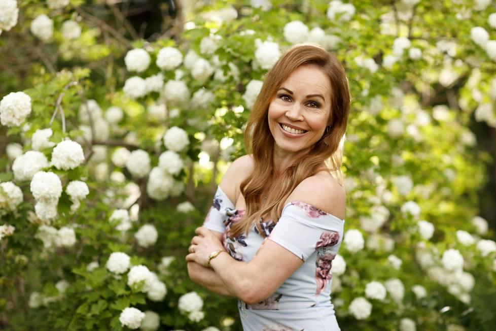 Katja Kätkä opettaa laulua Ala-Keiteleen musiikkiopistossa, mutta vapaa-ajallaan hän on yhä cat.