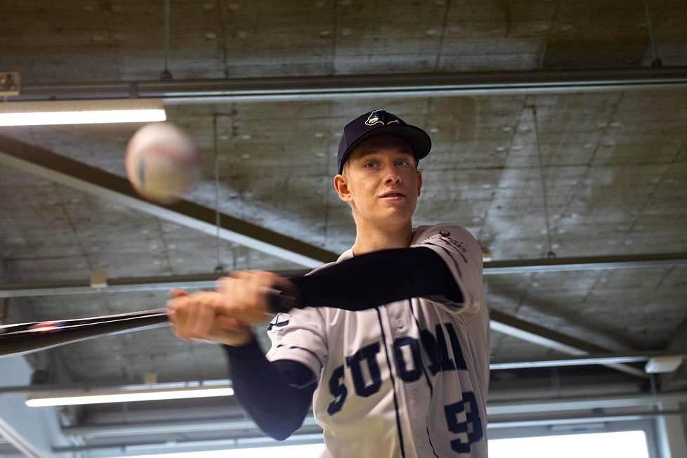 """Konsta Kurikka pitää baseballin lyöntiliikettä aika lailla samanlaisena kuin pesäpallon vauhdittomissa lämmittelylyönneissä: """"On siinä paljon samaa, mutta se on ylivoimaisesti vaikein asia tuossa baseball-hommassa se lyöminen"""", hän sanoo."""