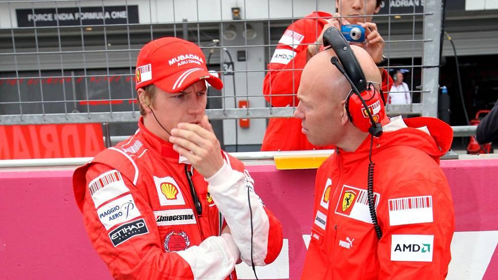 Kimi Räikkönen (vas.) ja Mark Arnall juttelivat Japanin gp:ssä lokakuussa 2008.