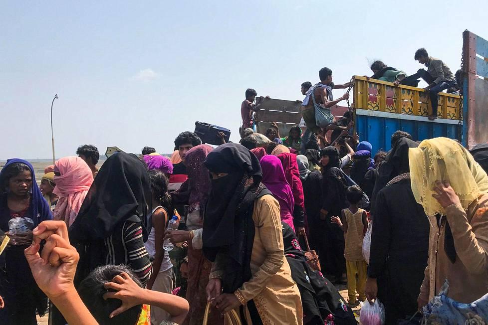 Rohingya-pakolaisia Teknafissa, Bangladeshissa 16. huhtikuuta. Ihmisoikeusjärjestöt ovat kiinnittäneet huomiota esimerkiksi tämän vähemmistön ihmisoikeuksien kasvavaan sortoon Myanmarissa ja lähialueilla.